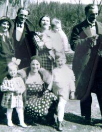 Foto z roku 1934 z lava Barbora Brummer Ladislav Gally Alžbeta Brummer Adela Brummer s detmi Reisinger Viktor Julia Brummer.jpg